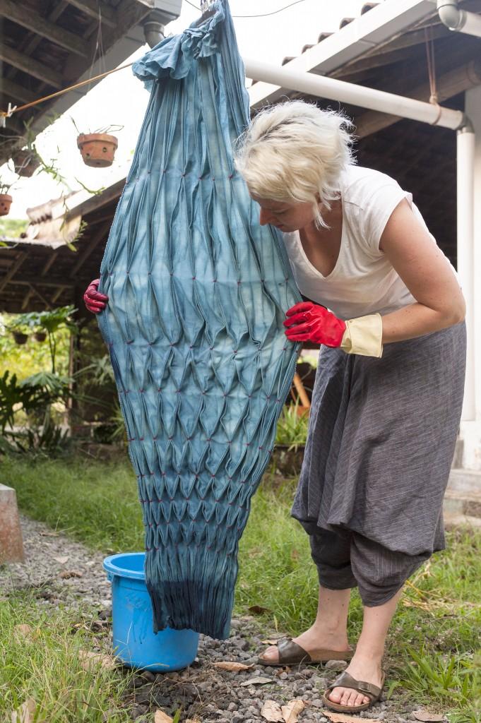 Marie Labarelle - Atelier Shibori, Yogyakarta. Teinture sur laine et soie - Large pièce de laine nouée, mise à sécher après le deuxième bain de teinture