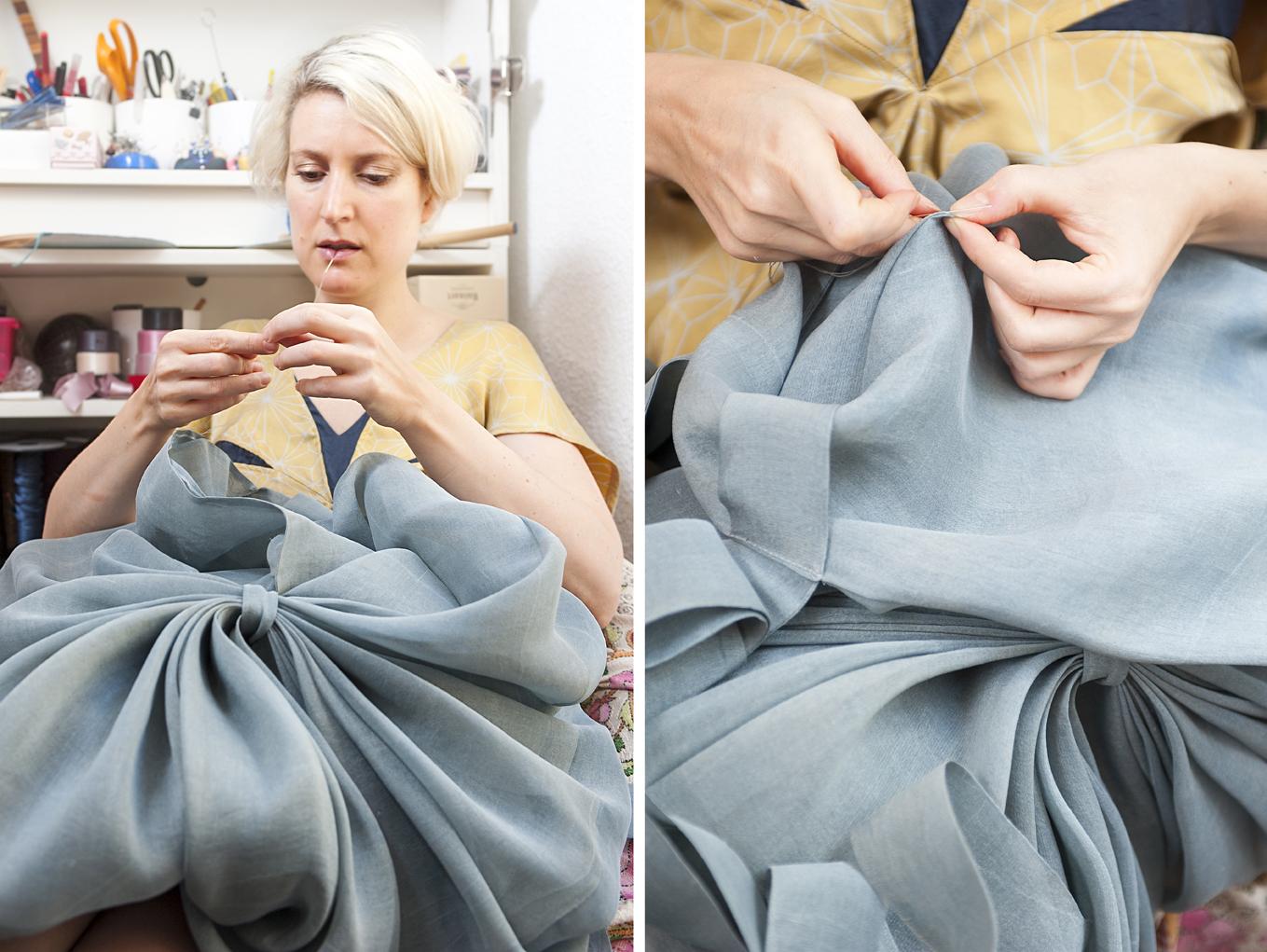 Marie Labarelle - Atelier - Finitions à la main d'une Veste Soleil en soie. Matière chinée à Séoul (Corée) et teinte en indigo naturel à Nimes avec l'expertise de Marjory Salles